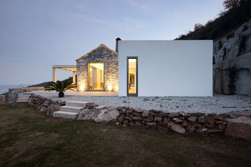 Da Das Haus Auf Eine Plattform Gebaut Wurde, Wirkt Es Wie Eine Kleine  Insel, Ein Eigenes, Kleines Reich Mitten In Der Hanglandschaft Tyros.