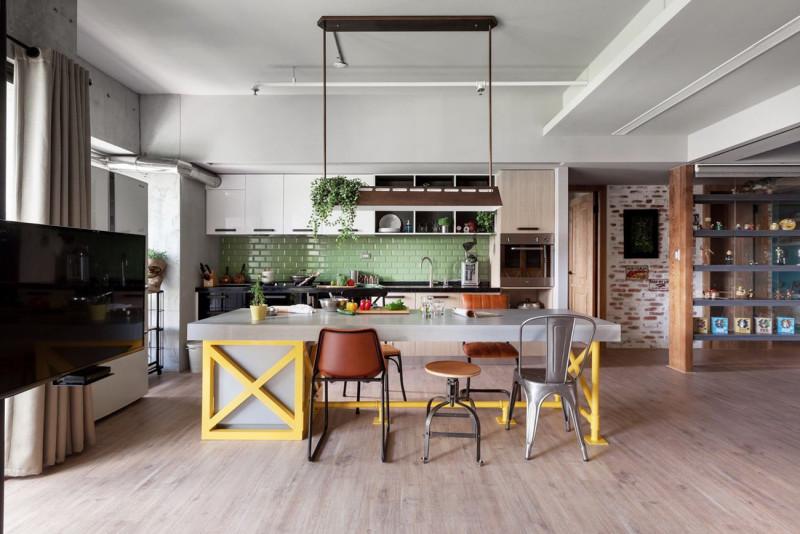 Das Zentrum Der Wohnung Sind Eine Grosse, Offene Küche Und Ein  Riesenbildschirm. Gegensätze, Die Das Urbane Wohnen Ausmachen.