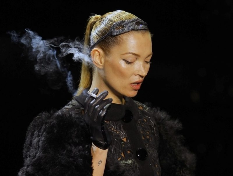 Zusammengebundenes Haar strafft das Gesicht: Der Croydon Facelift ist benannt nach der Heimat von Kate Moss. Foto: Jacques Brinon (Keystone)