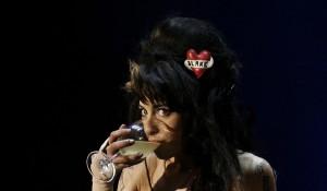 Mit dem Glas auf der Bühne: Amy Winehouse 2008. Foto: Nacho Doce (Reuters)