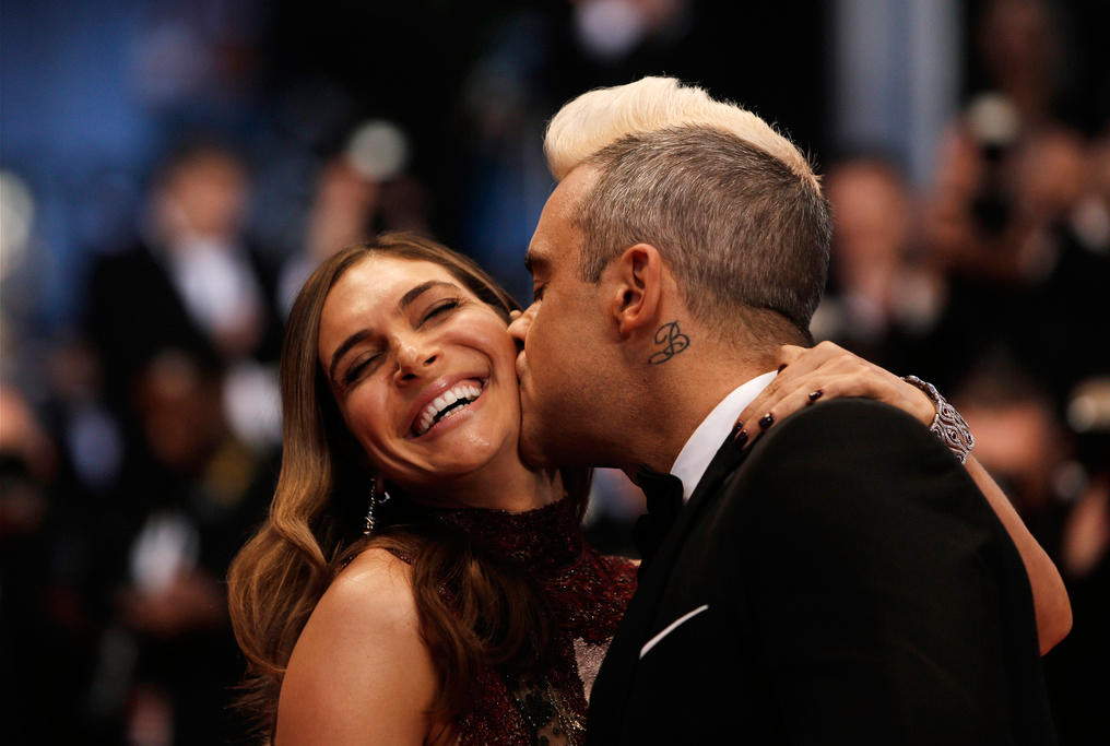 Seit er privat glücklich ist, leidet seine Kreativität: Sänger Robbie Williams mit seiner Frau Ayda Field am Filmfestival in Cannes. Foto: Lionel Cironneau (Keystone)