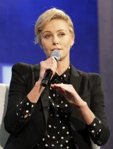 Könnte als Hand-Model arbeiten: Charlize Theron. (Keystone)