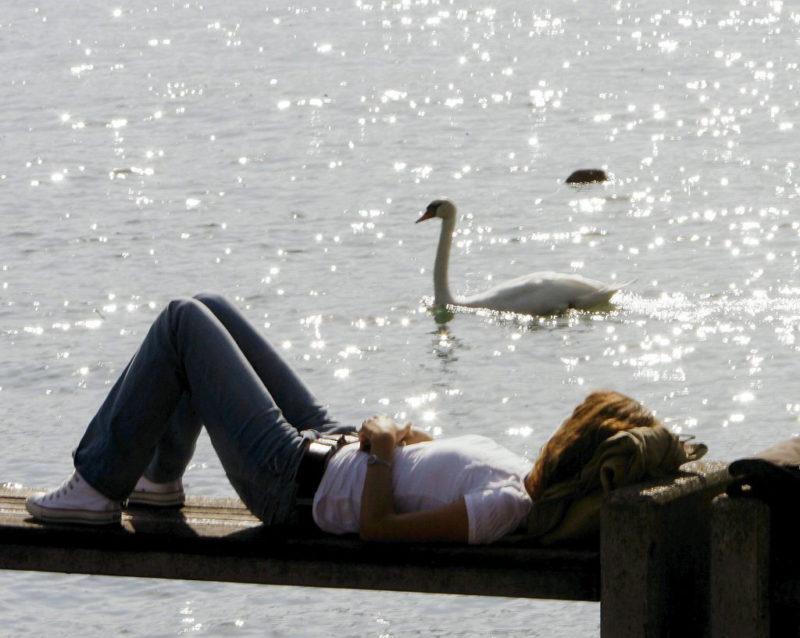 Einfach mal Faulsein und die Gedanken schweifen lassen – wie diese Frau am Zürichsee. Foto: Walter Bieri (Keystone)