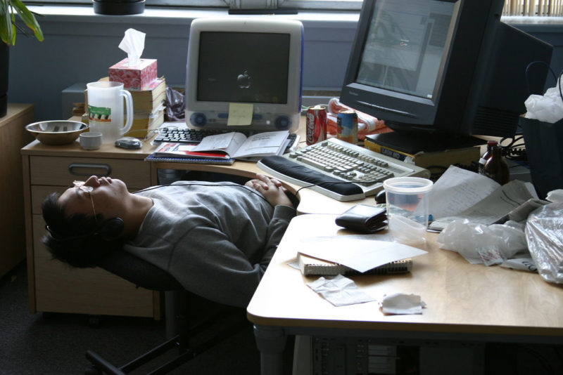 Nach dem Zmittag kommt die Krise: Büroschlaf in Montreal. Foto: Simon Law (Flickr)