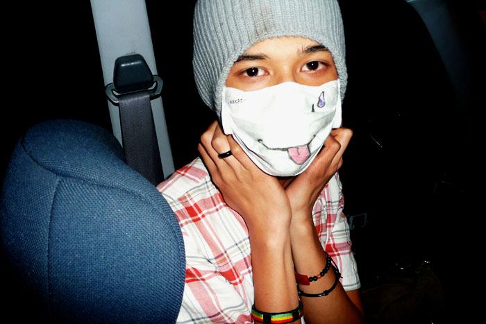 Gesunder Galgenhumor: Bemalte Schutzmaske gegen die Schweinegrippe im Sommer 2009. Foto: neys fadzil (Flickr)