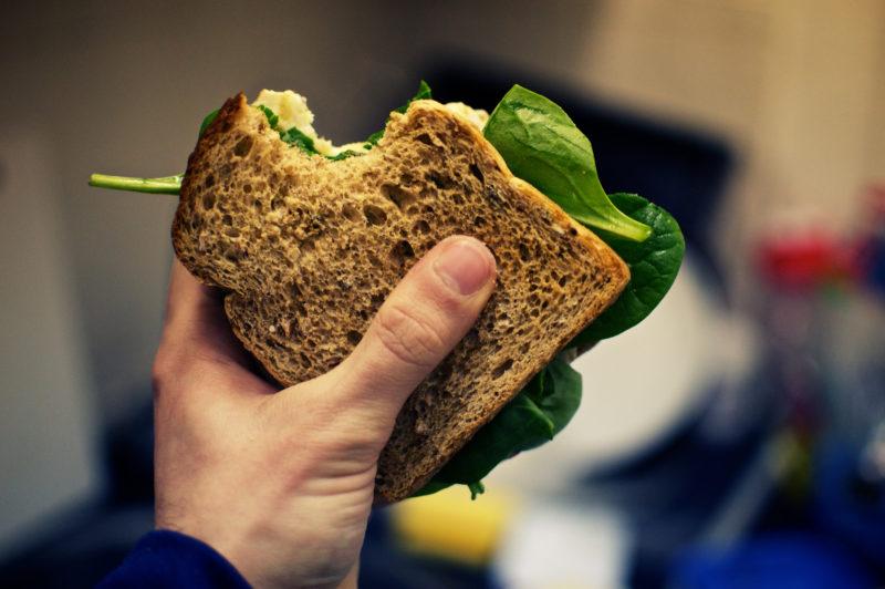 Finde den Fehler aus Sicht der Kohlenhydrat-Abstinenzler: Auch dieses «gesunde Sandwich» besteht aus Brot. Foto: Paul Rysz (Flickr)