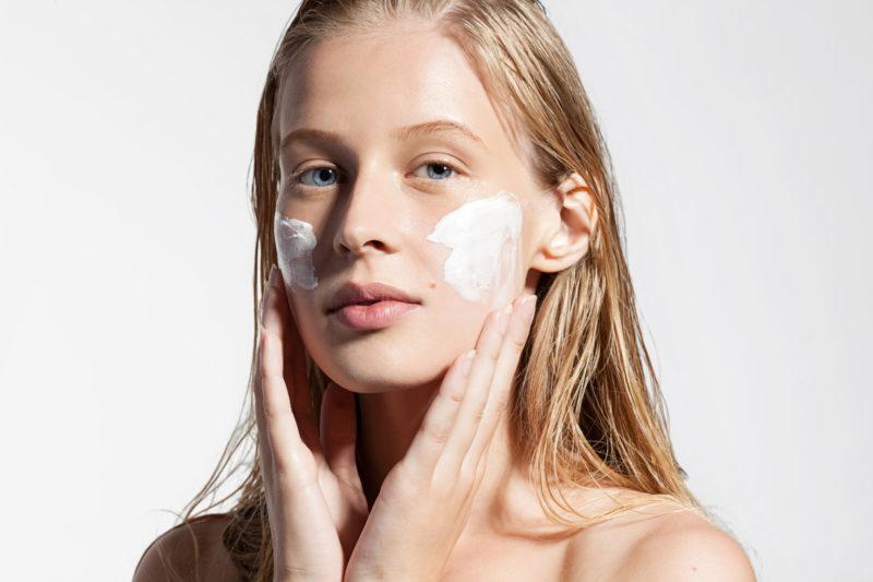 Ob durch sündhaft teures Anti-Aging-Elixir oder Nivea-Creme: Die Haut mag Feuchtigkeit. Foto: iStock