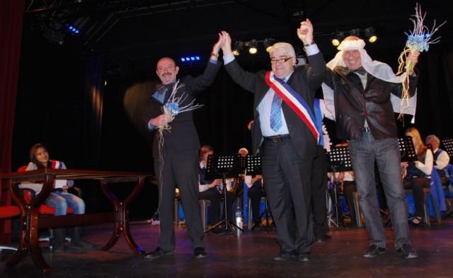 Die Bürger lieben seinen Humor: Bardet gibt zwei männlichen Mitarbeitern der Gemeinde im Januar 2013 seinen Segen. (Foto: ledauphine.com)