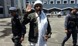 In Manaus verhaftet: Einer der drei Osama Bin Ladens vor brasilianischen Wahllokalen. Bild über Express.co.uk