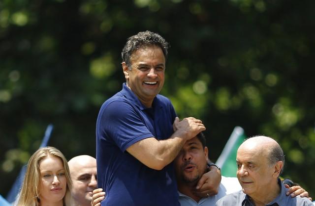 Logischer Spielzug: Der konservative Herausforderer Aécio Neves zeigt sich mit dem früheren Fussballstar Ronaldo an der Copacabana, 19. Oktober. Foto: Reuters