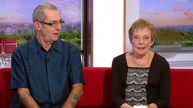 Tony und Jan Jenkinson im BBC-Studio. (Screenshot BBC)