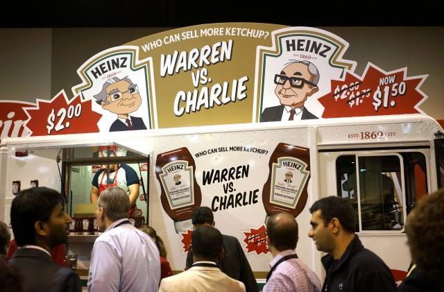 Wer verkauft mehr Ketchup? Buffett oder sein Vize Charles Munger – als Figuren an einem Ketchup-Stand an der Hauptversammlung 2014. Foto: Rick Wilking (Reuters)