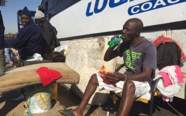Seit über einem Monat im defekten Bus gestrandet: 38 Malawier in Guateng. (PD)
