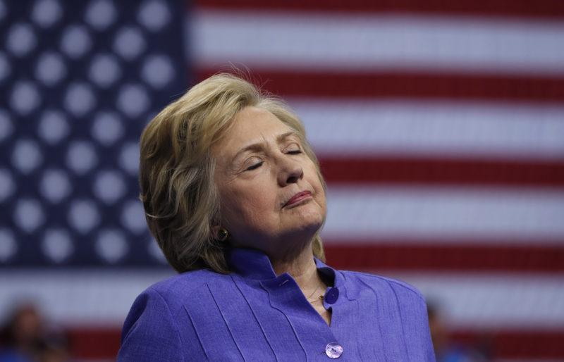 Schwächeanfall auf der Bühne? Nein, Hillary Clinton konzentriert sich auf Vizepräsident Joe Bidens Rede in Scranton, Pasadena. Foto: Carolyn Kaster (AP)