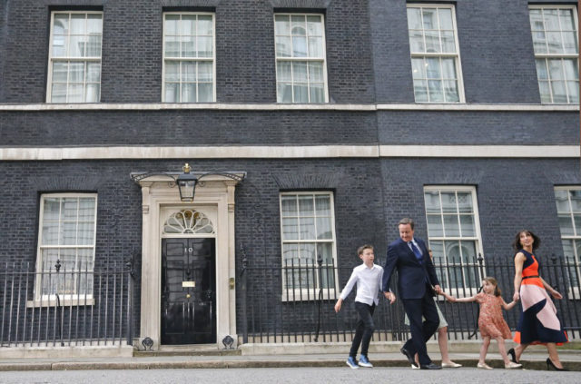 David Cameron hat seiner Nachfolgerin nicht nur die Downing Street 10 hinterlassen. Seine Liste mit Ehrungswünschen – etwa für die Stylistin seiner Frau – sorgt im Königreich für Empörung. Foto: Frank Augstein (AP Photo, Keystone)