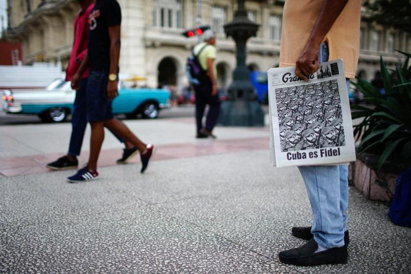 In Kuba sind die Nachrichten andere: Ein Mann verkauft die «Granma» vom 13. Januar 2017 mit der Schlagzeile: «Kuba ist Fidel». Foto: Alexandre Meneghini (Reuters)