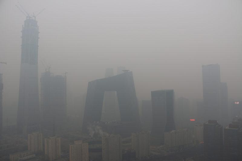 Smog? Sandsturm? Schneefall? Die Jahreszeit und das Wetter sind nicht immer so klar in der chinesischen Hauptstadt. Zu sehen, eigentlich: Die architektonische Sehenswürdigkeit CCTV-Tower. Foto: Keystone