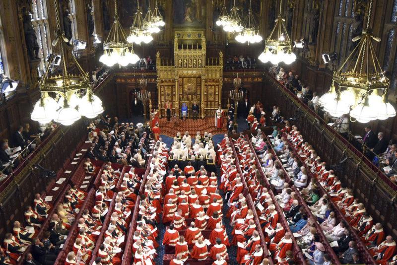 Parlamentssitz und letzte Stätte für Monarchen: Queen Elizabeth und Prinz Charles im House of Lords in Westminster. Foto: Carl Court (AP, Keystone)