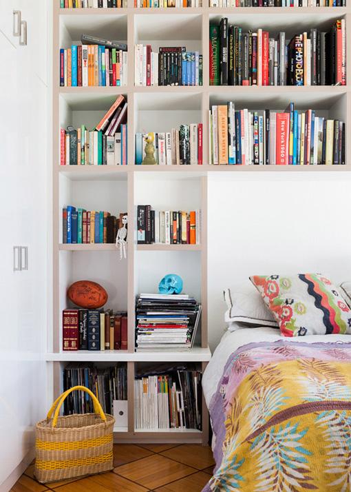 In Kleinen Wohnungen Fehlt Es Oft An Genügend Platz Für Viele Bücher. Da  Kommt Der Platz Rund Ums Bett Gerade Richtig. Hier Wurde Ein Büchergestell  So Um ...