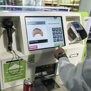 Self checkout at Coop Sihlcity in Zurich, pictured on January 29, 2015. (KEYSTONE/Christian Beutler) Self Checkout im Coop Sihlcity am 29. Januar 2015 in Zuerich. (KEYSTONE/Christian Beutler)