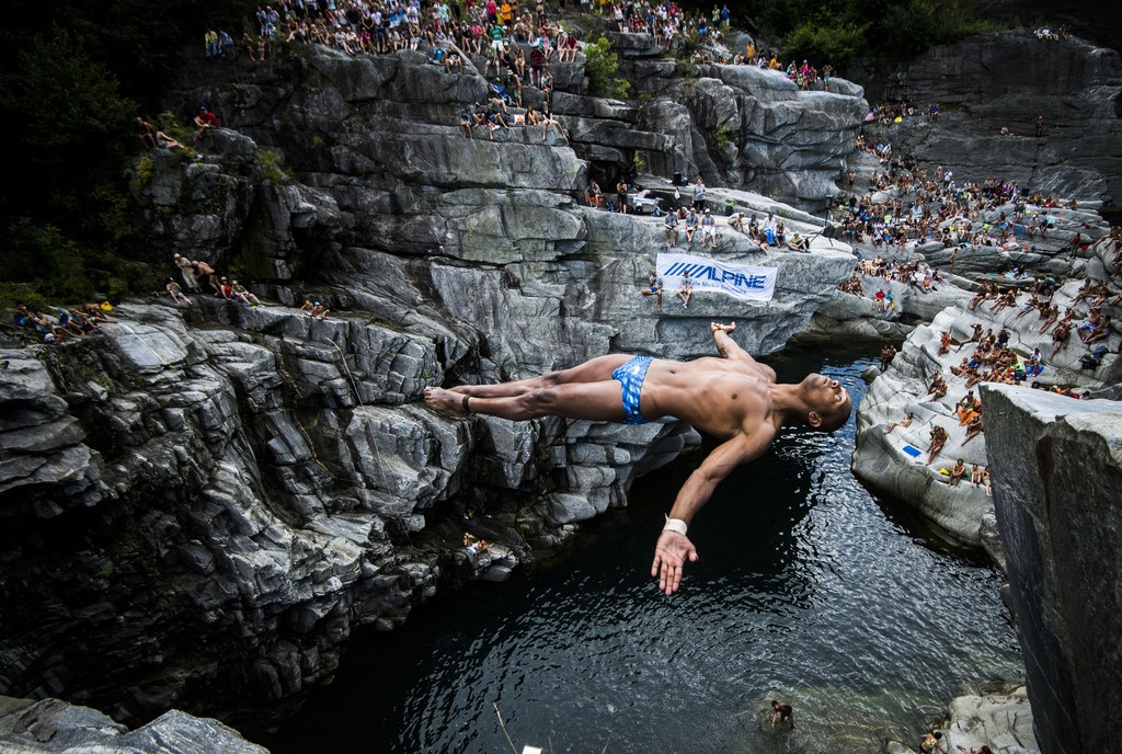 Marcio Lopes from Brazil dives into the water during a cliff diving competition in the Maggia valley in Ponte Brolla, Southern Switzerland, Saturday, July 25, 2015. (KEYSTONE/Ti-Press/Samuel Golay)