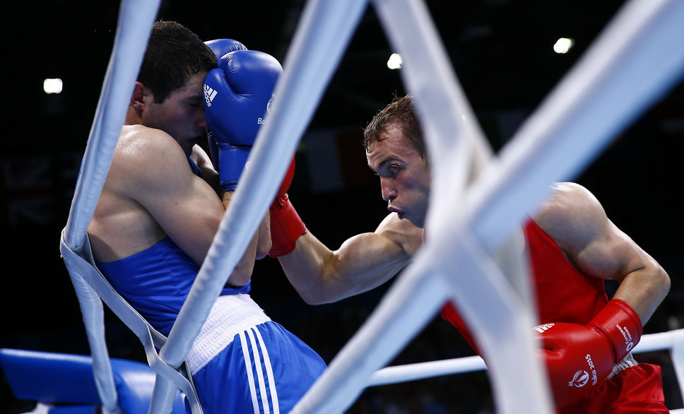 Parviz Baghirov (L) of Azerbaijan and Alexander Besputin of Russia fight during their men's 69kg Welter weight boxing gold medal fight at the 1st European Games in Baku, Azerbaijan, June 27 , 2015.     REUTERS/Kai Pfaffenbach TPX IMAGES OF THE DAY   - RTX1I1O5