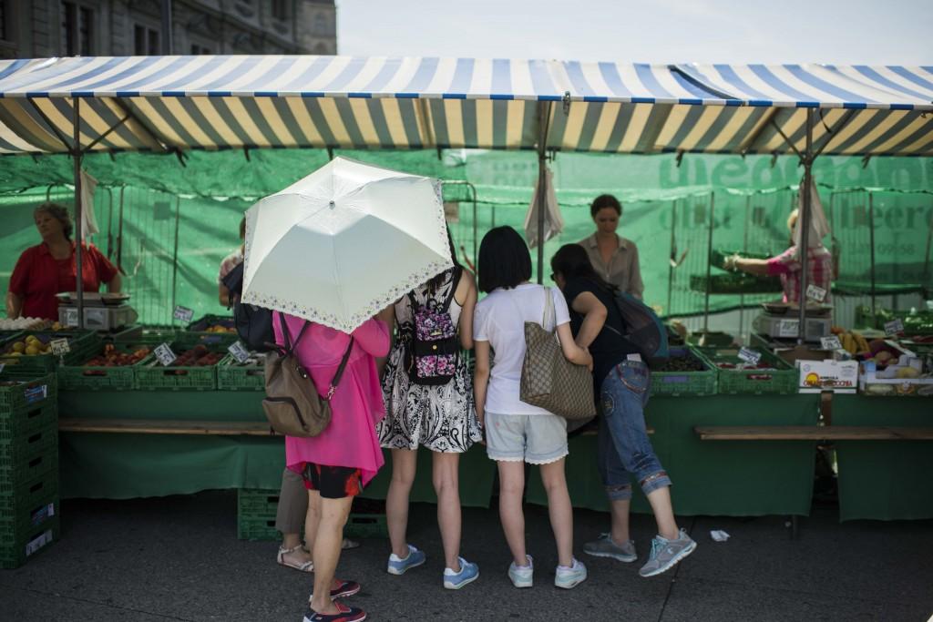 Reportage: Mit einer chinesischen Luxus-Reisegruppe durch Zürich. Auf dem Markt , Rathausbrücke, Gemüsebrücke.  11.07.2015 (Tages-Anzeiger/Urs Jaudas)