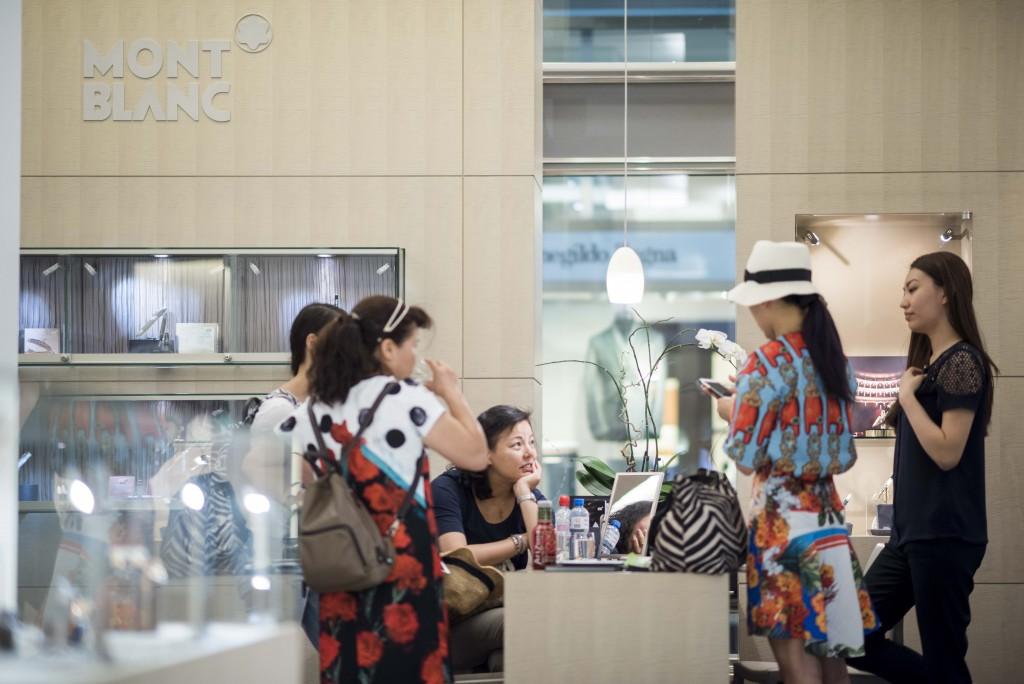 Reportage: Mit einer chinesischen Luxus-Reisegruppe durch Zürich. Shopping bei Mont Blanc an der Bahnhofstrasse. 11.07.2015 (Tages-Anzeiger/Urs Jaudas)