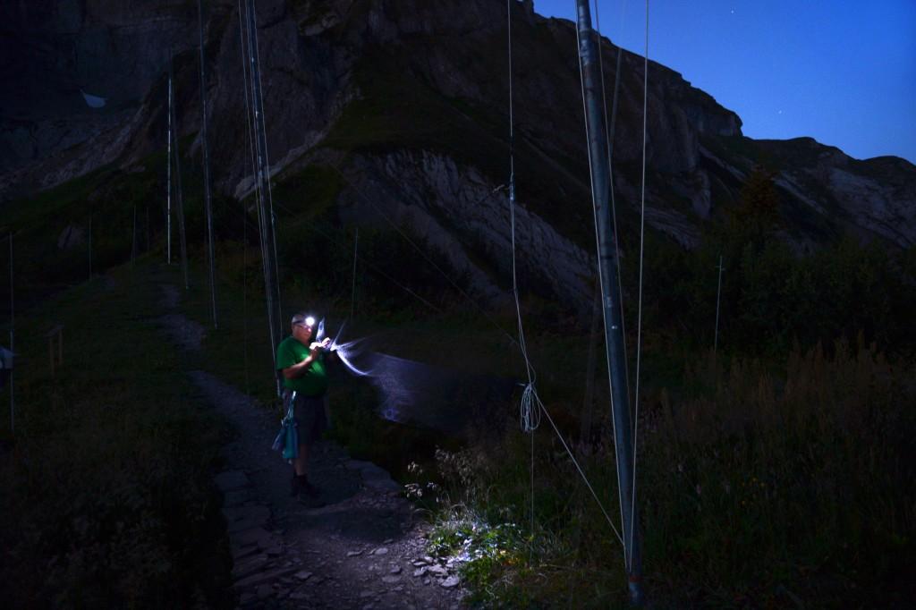 Der Ornithologe Ueli Schaffner, langjähriger Helfer, auf Nacht- Patrouille