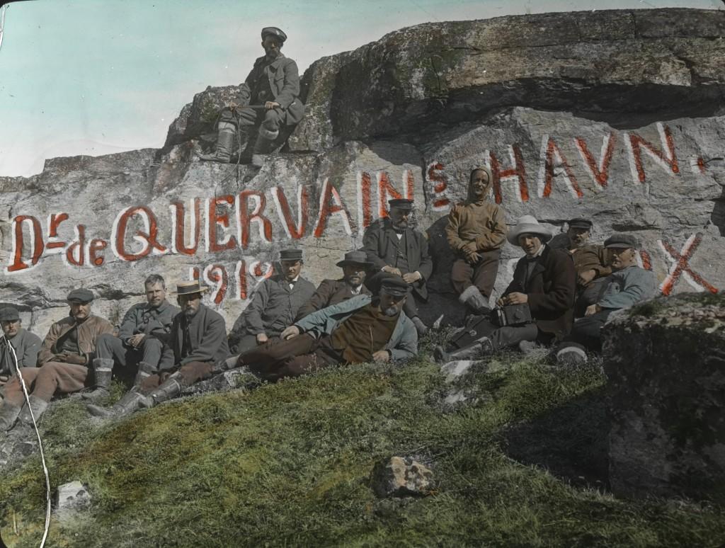 "Ata Sund. Aufschrift auf Fels ""Dr. de Quervains Havn"" 13 Leute."