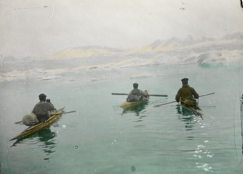 Bei Depot Ostküste. Kajakfahrt Alfred de Quervain mit 2 Eskimos