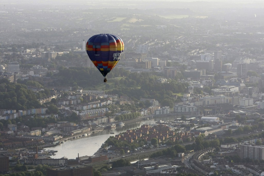 A balloons flies over Bristol city centre during the International Balloon Fiesta in western England August 7, 2009.   REUTERS/Stefan Wermuth (BRITAIN ENTERTAINMENT SOCIETY) - RTR26HLY