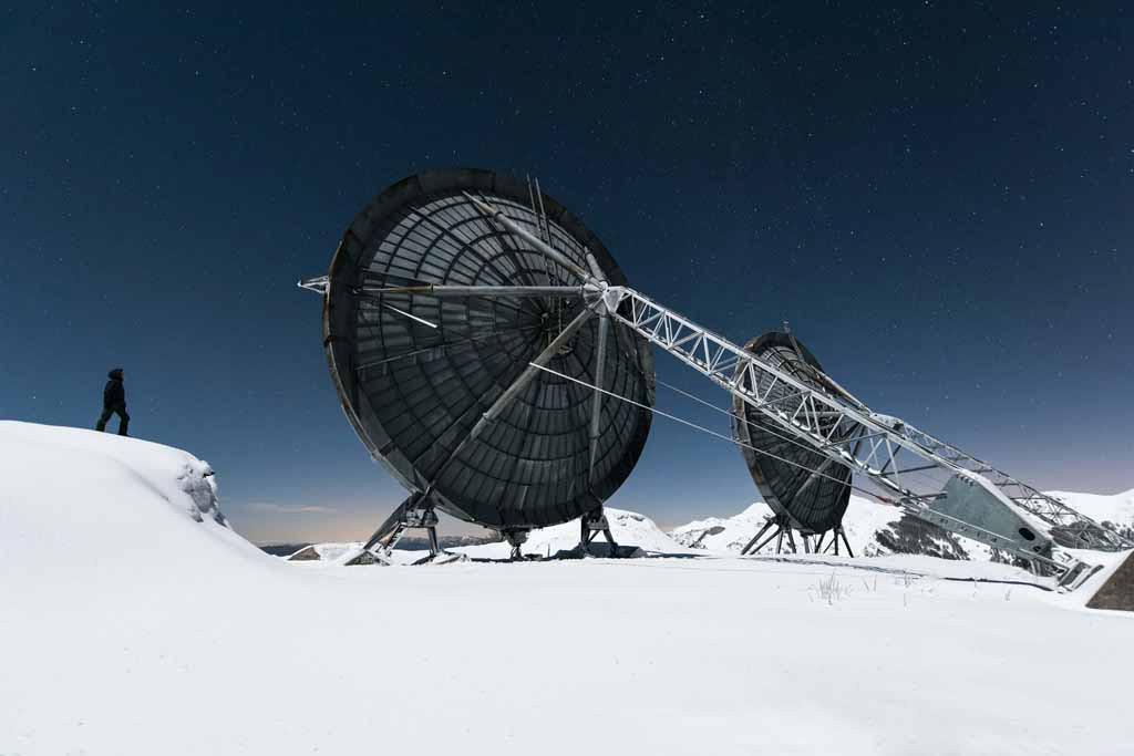 UNDATIERTES HANDOUT - Diese verlassene Radarstation liegt in den italienischen Bergen. Nach einer fast dreistuendigen Fusswanderung durch 50 cm tiefen Schnee erreichten wir ihre riesigen gefrorenen Antennen. Der Vollmond, der klare Himmel und der Schnee ueberall: Die Atmosphaere schien unwirklich. Ich wollte etwas Postapokalyptisches kreieren, mitten im Nirgendwo. (PHOTOPRESS/Nikon)