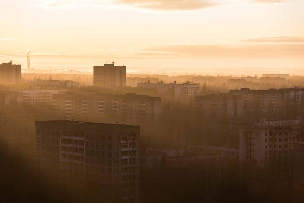 UNDATIERTES HANDOUT - Am zweiten Tag in Prypjat hatte ich das Glueck, auf der Spitze des hoechsten Gebaeudes der Stadt, Fujiyama, den Sonnenaufgang zu erleben. Sonnenstrahlen inmitten einer toten Stadt, die den Ort fuer ein paar Sekunden wieder zum Leben erwecken. (PHOTOPRESS/Nikon)