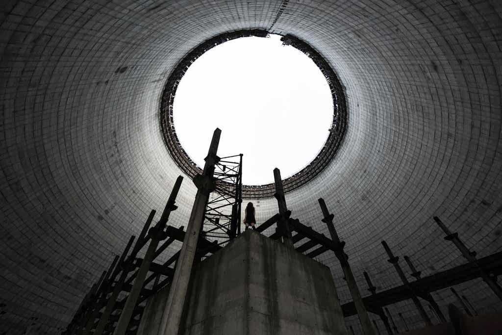 UNDATIERTES HANDOUT - Dieses Bild entstand im Inneren des Kuehlturms eines Kernkraftwerks in Tschernobyl, das nie fertiggestellt wurde. Kuehltuerme sind schon von aussen beeindruckend, doch mehr noch von innen. Inmitten dieser unvollendeten Architektur betrachtet die Person die vergessene Pracht. (PHOTOPRESS/Nikon)