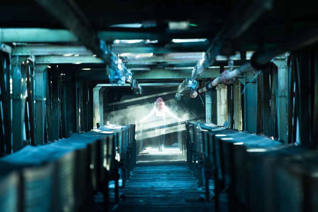 UNDATIERTES HANDOUT - Auskundschaften, Kriechen und Klettern gehoerten dazu, um dieses verlassene Kraftwerk in der Naehe von Budapest, Ungarn, zu erreichen. Wir gelangten durch den Kohleschacht in die Anlage, ein 100 m langer, ansteigender Korridor voller Staub und Sonnenstrahlen: der ideale Ort, um eine Art Erscheinung zu erzeugen die Geister der Vergangenheit der Anlage heraufzubeschwoeren. (PHOTOPRESS/Nikon)