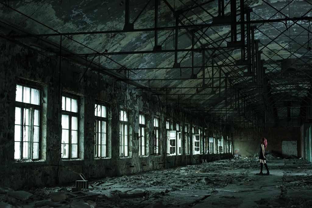UNDATIERTES HANDOUT - In Sankt Petersburg erkundeten wir ein altes Fabrikgebaeude aus dem 19. Jahrhundert. Es war riesig. Dieser Raum gefiel mir ganz besonders wegen seiner Form, des Lichts und des schoepferischen Potenzials, den ich durch das Model hinzufuegen konnte. Sie ist der zentrale Punkt des Bildes. (PHOTOPRESS/Nikon)