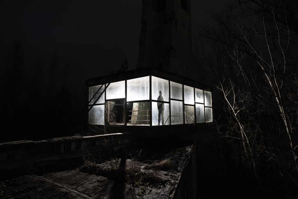 UNDATIERTES HANDOUT - Neben dem Cafe Prypjat befindet sich der alte Busbahnhof. Auf seinem Dach steht ein faszinierender Glasraum. Ich wollte etwas Grafisches schaffen, mit einer langen Belichtungszeit und Lichtmalerei. Dies ist auch ein Selbstportraet. (PHOTOPRESS/Nikon)