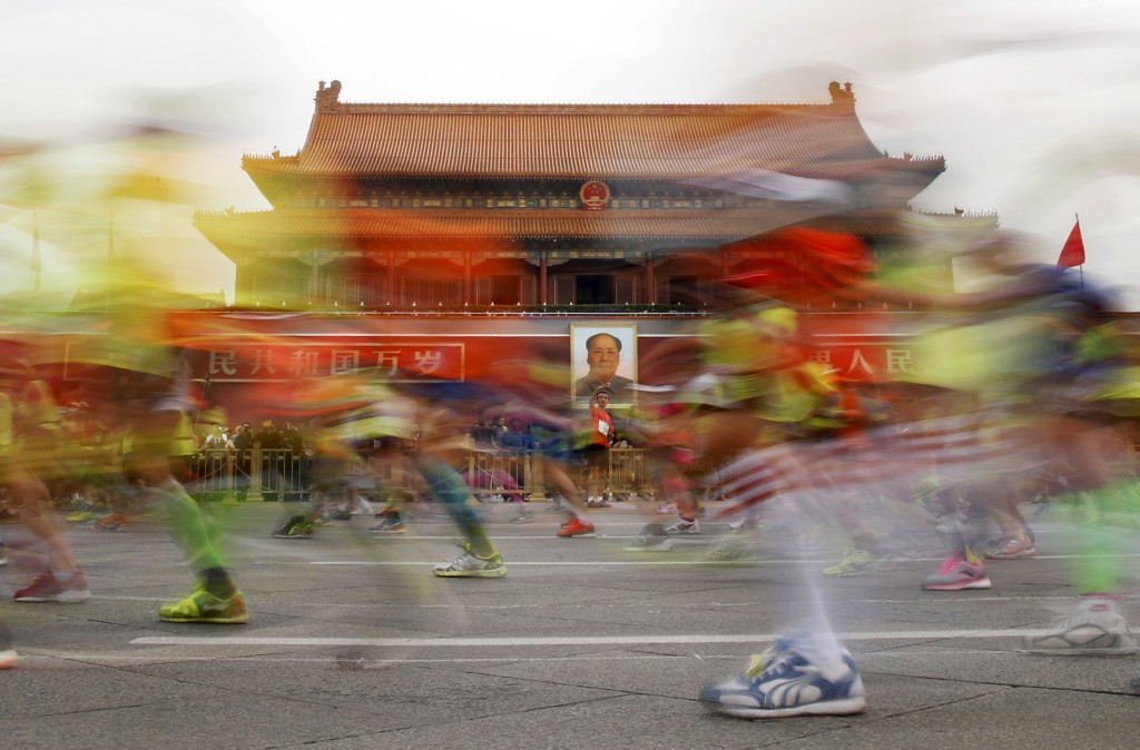 Participants run past the Tiananmen gate, with a portrait of China's late leader Mao Zedong hanging on it, during the Beijing International Marathon in Beijing, China, September 20, 2015. About 30,000 runners participated in the annual running event.  REUTERS/Kim Kyung-Hoon      TPX IMAGES OF THE DAY      - RTS1Y2O