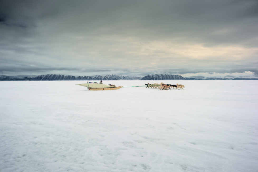 ** Vanishing Thule ** Ausstellung NONAM Zürich 1.10.2015 - 28.02.2015 Im Mai fahren die Jäger von Qaanaaq mit ihren Hundegespannen und Kajaks zur Eiskante, wenige Stunden vom Dorf entfernt. Durch die Klimaerwärmung bricht das Eis jedes Jahr früher auf.