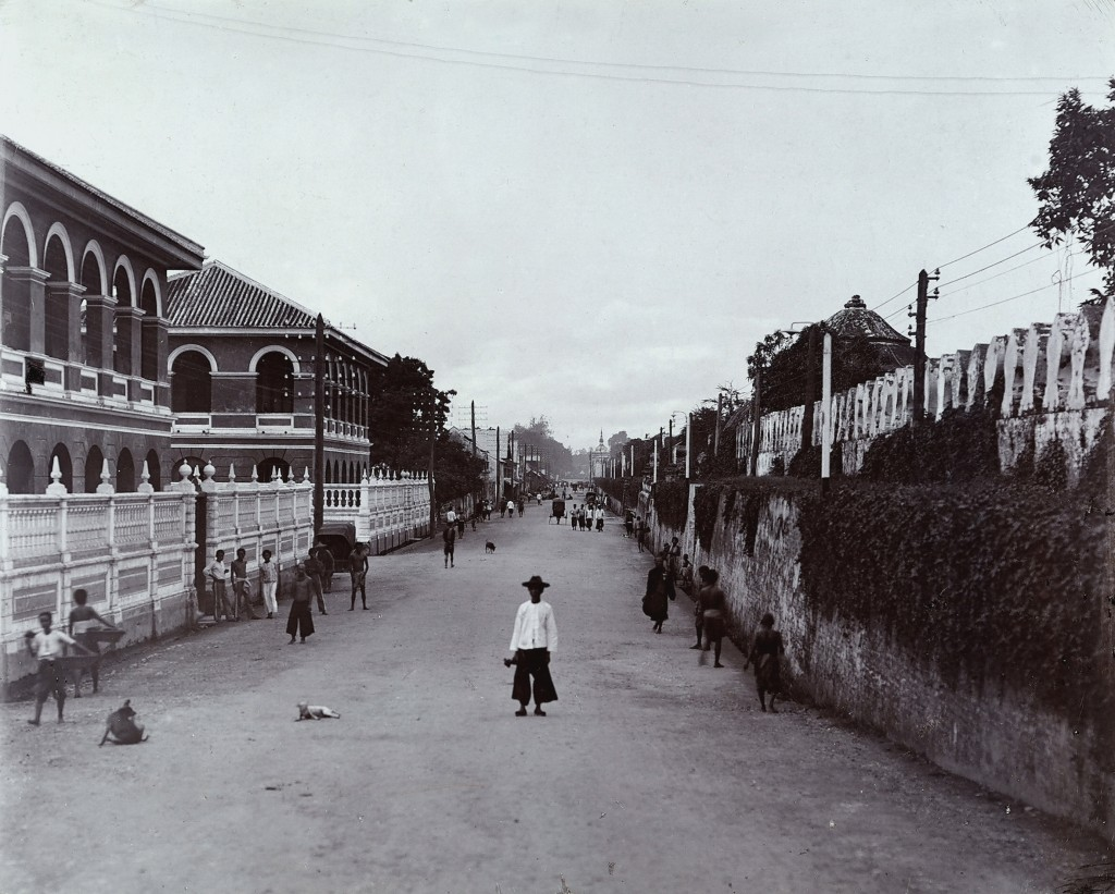 THAILAND - CIRCA 1910: A city avenue in Bangkok (Photo by Unidentified Author/Alinari Archives, Florence/Alinari via Getty Images)