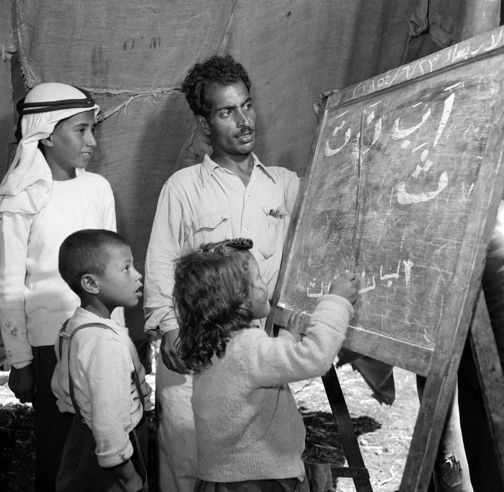 UNRWA Archive - Ausstellung Photobastei - BILDSEITE In Jericho wurden Zelte zu den ersten UNRWA-Schulen umfunktioniert. Im Jahr 1950 startete das UNRWA sein Bildungsprogramm mit 93 Schulen und mehr als 35 000 Schülerinnen und Schülern. © 1954 UNRWA-Archiv, Fotograf unbekannt