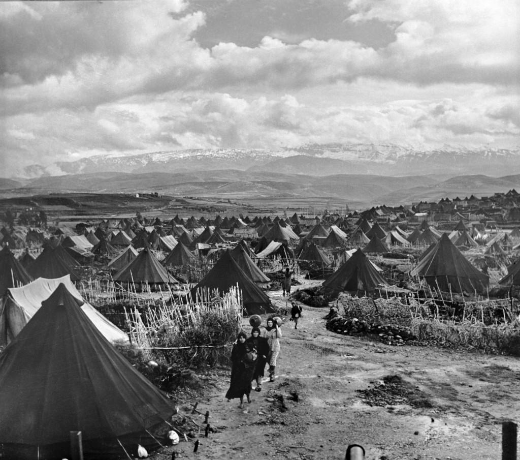 UNRWA Archive - Ausstellung Photobastei - BILDSEITE Das Flüchtlingslager Nahr el-Bared im Libanon gehörte zu den ersten Flüchtlingslagern, die im Rahmen eines Nothilfeprojekts gegründet wurden, um Palästina-Flüchtlingen Schutz zu bieten. Frühe 1950er-Jahre. © Fotografie aus dem UNRWA-Archiv von Jack Madvo