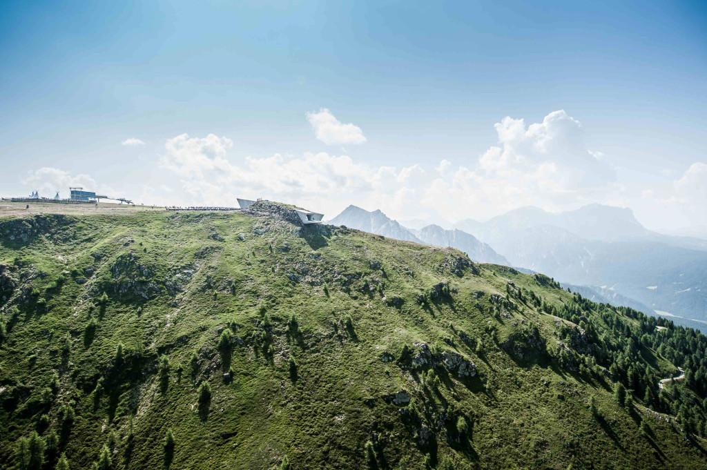 Fotos: »MMM Corones – Eröffnung Juli 2015 Für die nächste Alpinismusseite (Donnerstag, 29. Oktober) haben wir ein Interview mit Reinhold «GröBaZ» Messner (grösster Bergsteiger aller Zeiten) von Journalistin Franziska Horn. Thema: Seine 6 Museen, insbesondere sein neu eröffnetes, das wegen der Architektur und dem Standort kritisiert wurde. Text (Inti und Infokasten) sind im Anhang (Word). Fotos: Eine Auswahl des neuen futuristischen «MMM Corones» und von Messner leite ich hier via wetransfer weiter (siehe Link unten).