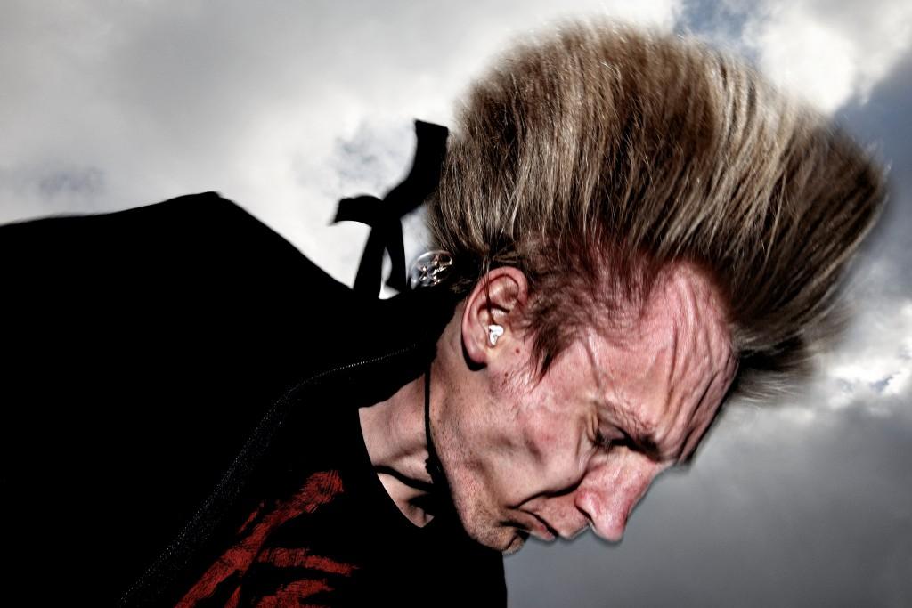 Valgaften på Køge Rådhus. Dora Olsen (DF) giver Marie Stærke et klem da hun passere hende udenfor rådhussalen der på valgaftenen er ramme om Socialdemokraternes valgfest.. Marie Stærke havde travlt med at finde allierede på Rådhuset, efter resultatet af kommunevalget stod klart ud på aftenen. Det ser ud til, at Marie Stærke (S) kan stå til at miste borgmesterposten efter 92 år med socialdemokratisk styre i Køge.