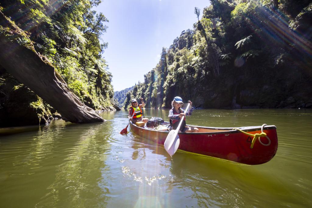 Ein Mädchen und eine Frau auf einem Kanu Trekking auf dem Whanganui River, Nordinsel, Neuseeland, Foto: Bernard van Dierendonck