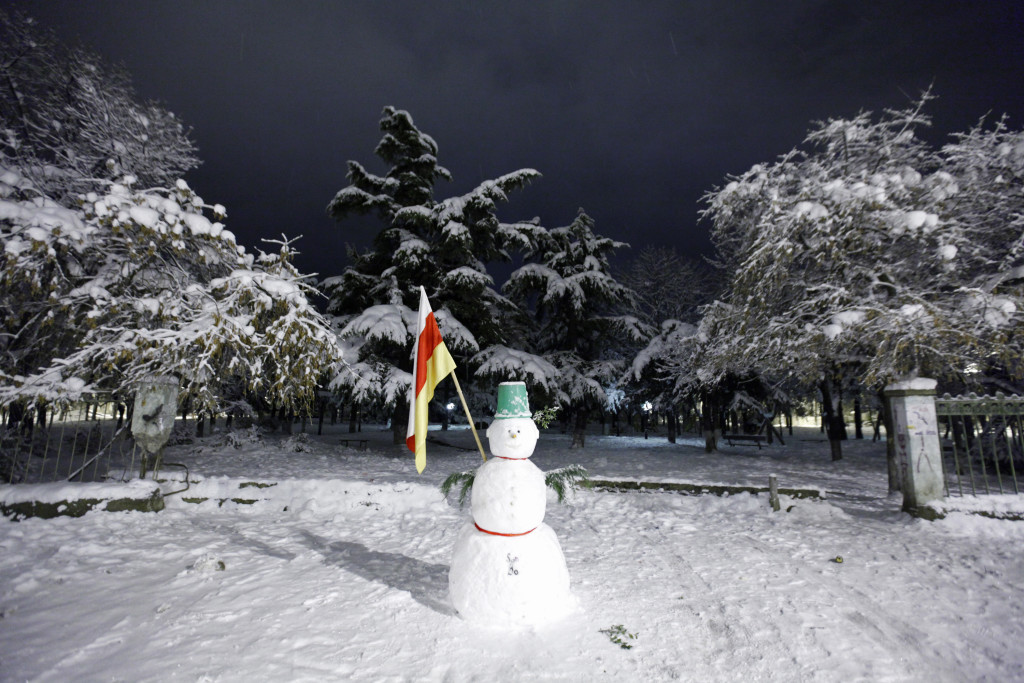 A South Ossetian flag is attached to a snowman in Tskhinvali December 1, 2011. REUTERS/Eduard Korniyenko (GEORGIA - Tags: ENVIRONMENT SOCIETY) - RTR2UONM