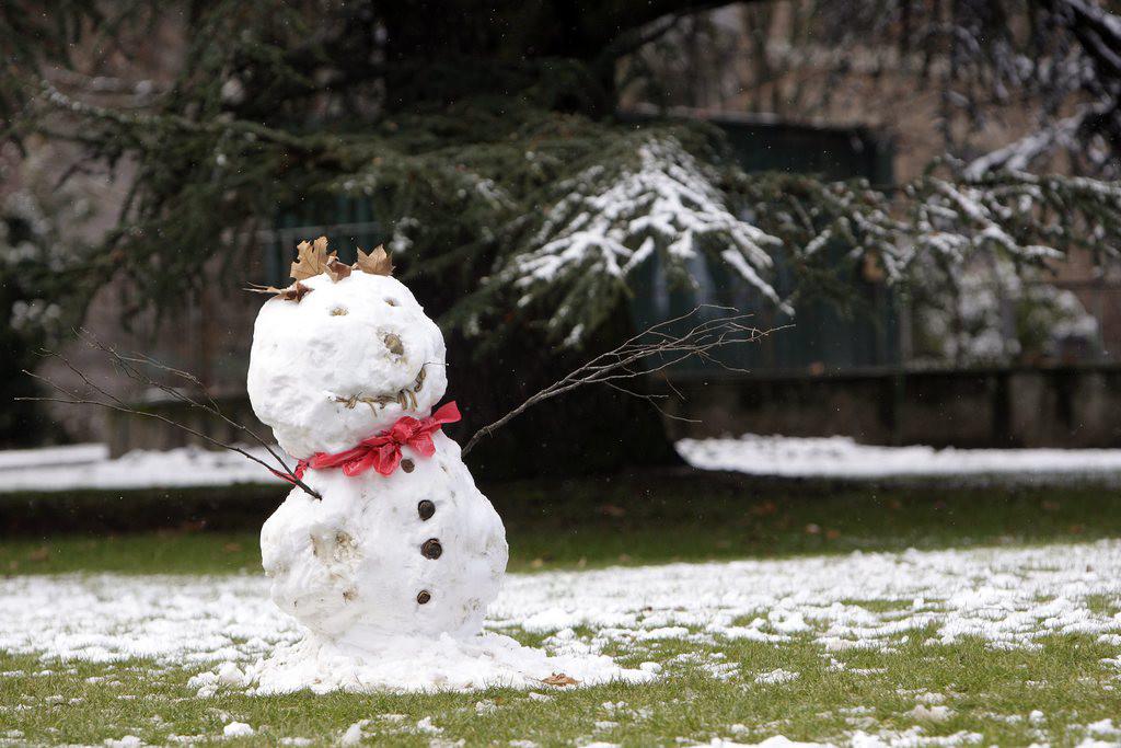 Un bonhomme de neige est photographie ce jeudi 12 fevrier 2009 a Geneve. (KEYSTONE/Martial Trezzini)