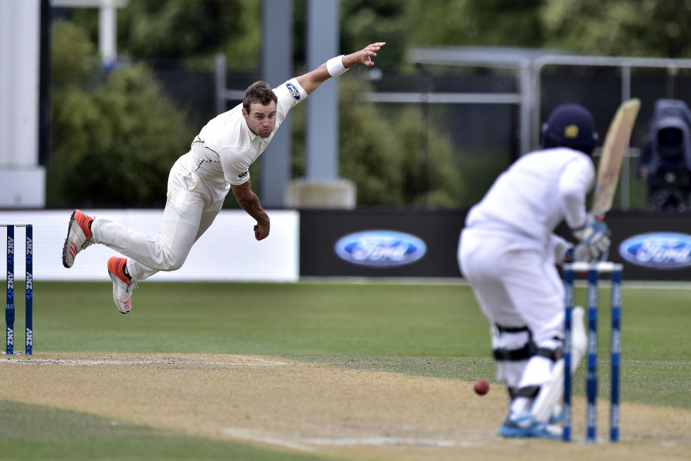 Doug Bracewell (L) of New Zealand bowls to Kusal Mendis of Sri Lanka during day four of the first International Test cricket match between New Zealand and Sri Lanka at University Oval in Dunedin on December 13, 2015. AFP PHOTO / MARTY MELVILLE / AFP / Marty Melville