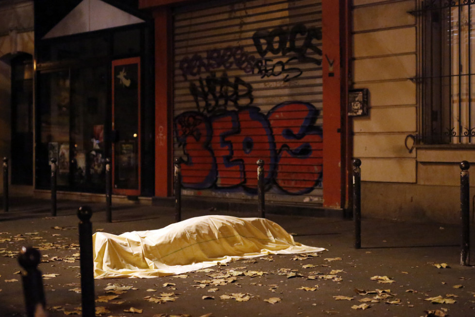 JAHRESRUECKBLICK 2015 - INTERNATIONAL - A victim under a blanket lays dead outside the Bataclan theater in Paris, Friday Nov. 13, 2015. Well over 100 people were killed in a series of shooting and explosions explosions. French President Francois Hollande declared a state of emergency and announced that he was closing the country's borders. (KEYSTONE/AP Photo/Jerome Delay)
